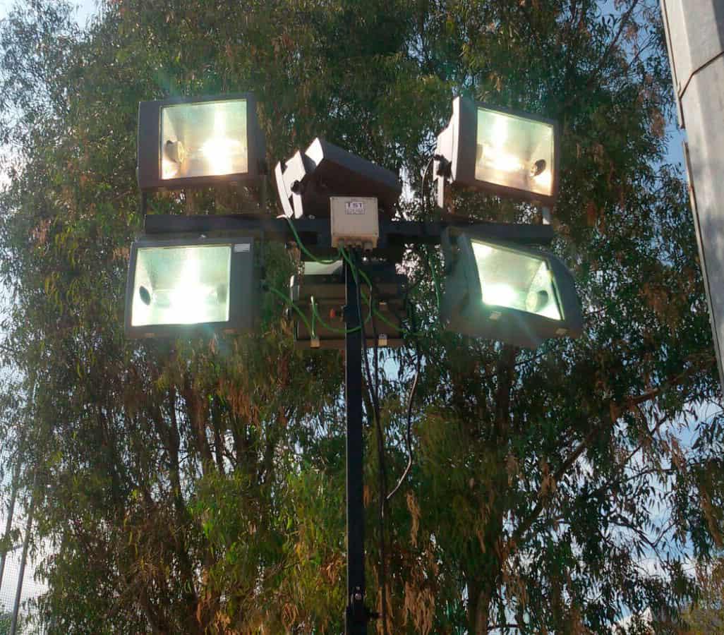 Torre de iluminación con proyectores