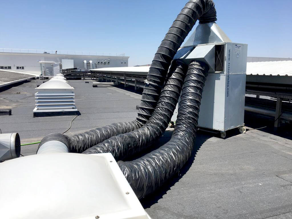 Instalacion de maquinaria de frio en cubierta fábrica San Miguel